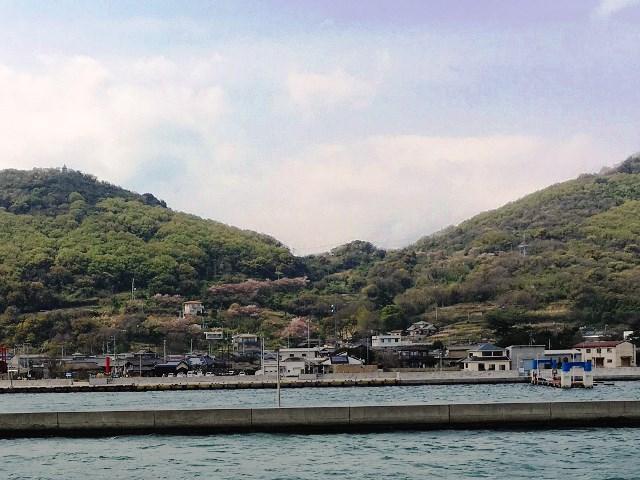 めおん船上から望む「山笑う女木島」
